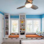 Комната для мальчика с подиумом у окна
