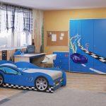 Комната с синим гарнитуром с машинами