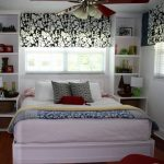 Красивая белая спальня с необычными тканевыми жалюзи и с кроватью у окна