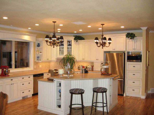 Красивая большая белая кухня