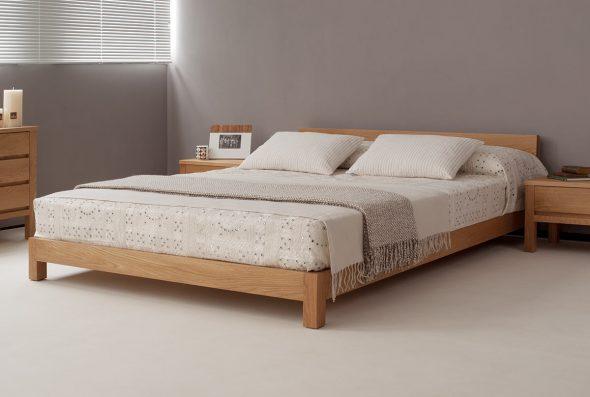 Красивая и светлая спальня из массива