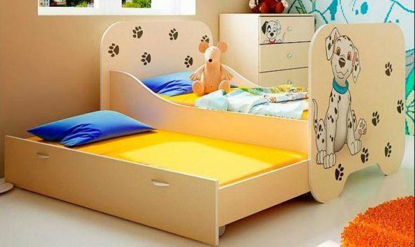 Красивая кровать с выдвижным механизмом