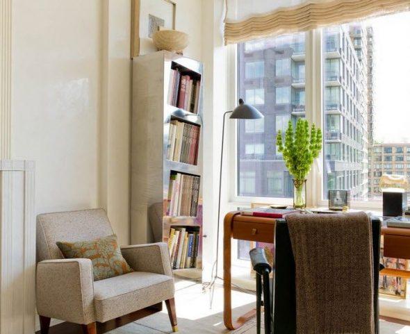 Красивая полка для книг у окна в интерьере