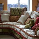 Красивый цветочный диван с мягкими подушками