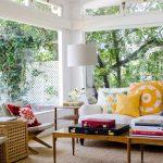 Красный, желтый, синий в дизайне интерьера большой и светлой комнаты