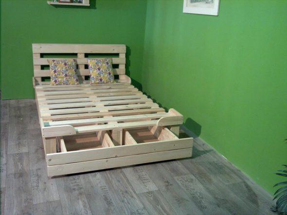 Кровать из паллет с выдвижными ящиками