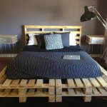 Кровать из поддонов для домика на берегу моря