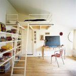 Кровать на 2 этаже в небольшой квартире