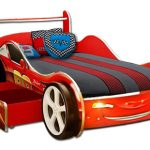 Кровать с выдвижным ящиком для хранения белья в виде машинки