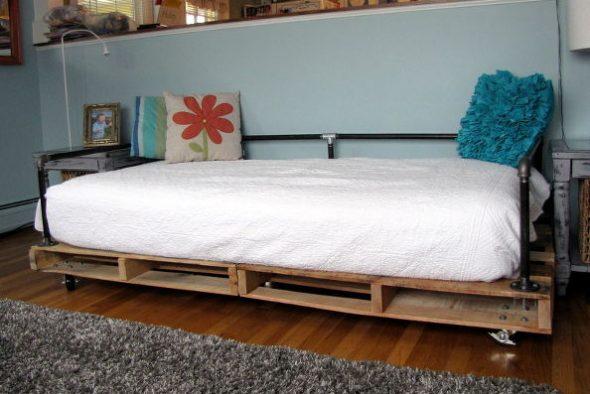Кровать из деревянных паллет и металлических труб