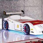 Кровать в виде белой гоночной машины в интерьере комнаты подростка