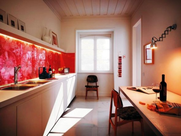 Кухня с красным кухонным фартуком