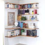 Маленькая домашняя библиотека в углу комнаты