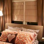 """Маленькая спальня """"Романтика"""" с кроватью возле окна"""