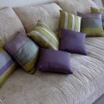 Маленькие полосатые подушки для бежевого дивана