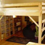 Место для чтения и хранения книг под кроватью-чердак
