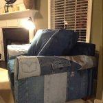 Мягкое кресло с обивкой из старых джинсов