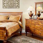 Надежная кровать с высоким изголовьем из дерева