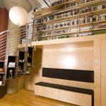 Необычная лестница-шкаф с полками