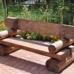 Необычная скамейка из бревен