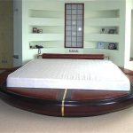 Необычная спальня с круглой кроватью с вставками для сидения