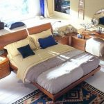 Необычное решение - кровать возле подиума у окна