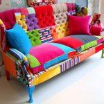 Необычный разноцветный диван из остатков ткани