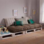 Односпальная кровать из деревянных поддонов
