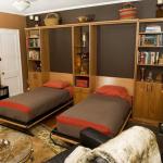 Односпальные кровати, встроенные в шкаф в гостиной