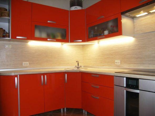 Оранжевая кухня с подсветкой
