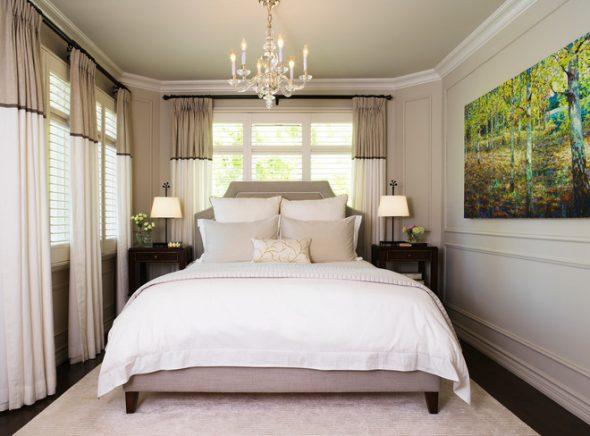 Оригинальная узкая спальня с окнами на две стороны и кроватью
