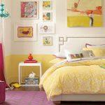 Подростковая комната в желто-розовой гамме