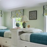 Подростковые кровати, расположенные вдоль окон