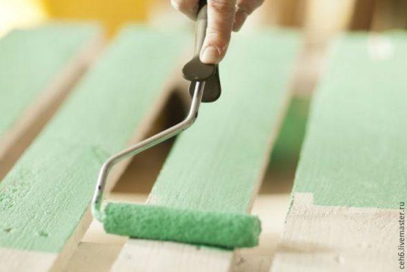 Покраска готовой кровати из поддонов