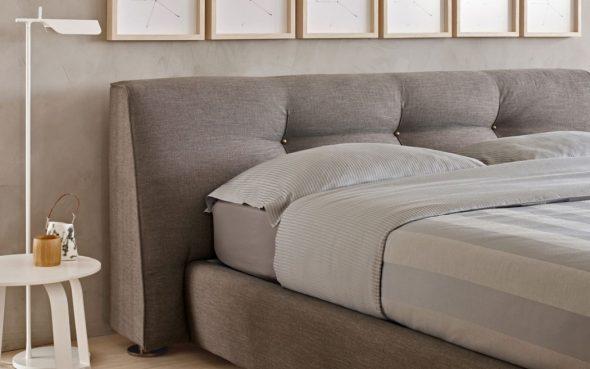 Простота и и мягкость в оформлении спальни