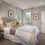 Расположение кровати между окнами в небольшой спальне