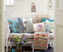 Разнообразные диванные подушки для небольшого диванчика