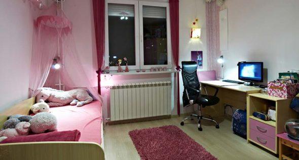 Розовая кровать с балдахином