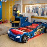 Синяя кровать-машина для комнаты мальчика