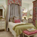 Спальня в старинном стиле для девочки
