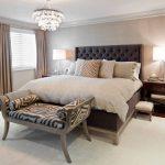 Спальня в стиле модерн с кроватью с мягкой спинкой