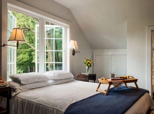 Спальня в загородном доме на 2 этаже, с кроватью у окна