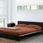 Спокойная и удобная спальня с кроватью-подиумом