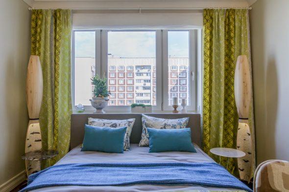Стандартная спальня в маленькой городской квартире