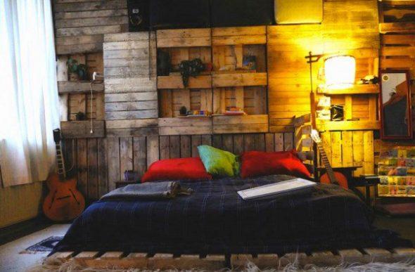 Стена и кровать из паллет