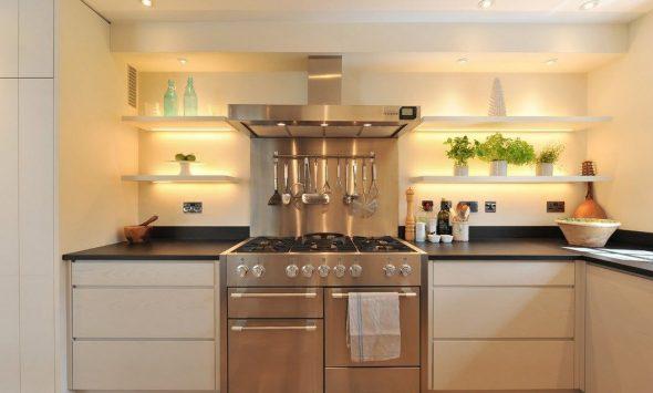 Стильная кухня с точечными светильниками