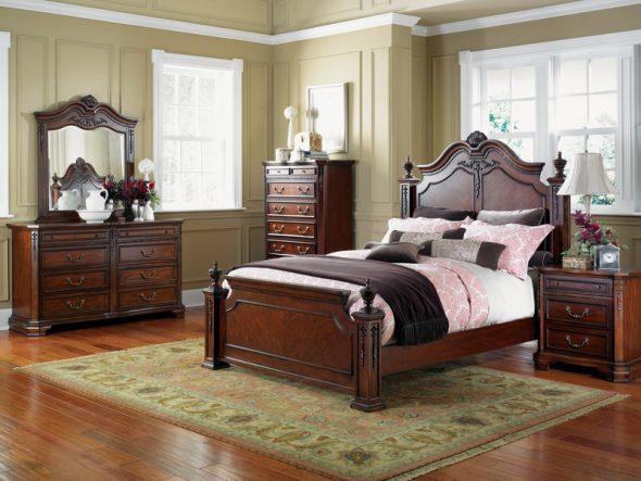 Стильная спальня в классическом стиле с деревянной кроватью у окна