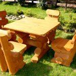 Стол и стулья из дерева для загородного дома
