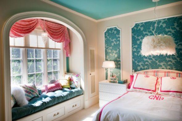 Светлая и уютная бирюзовая спальня