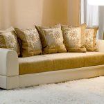 Светлый диван с подушками